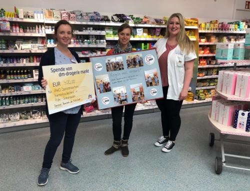AWO Seniorenzentrum Kannenbäckerland erhält Spende von DM Helfer Herzen