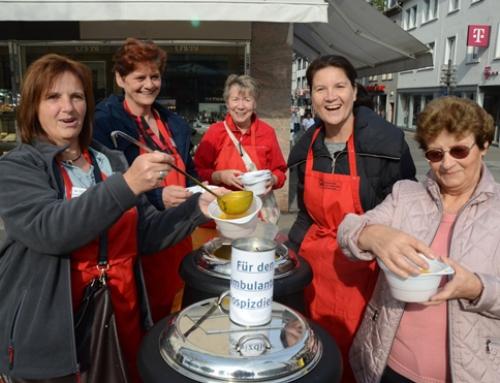 Lotte Lemke Team verkauft Kürbissuppe zu Gunsten des Hospizdienstes