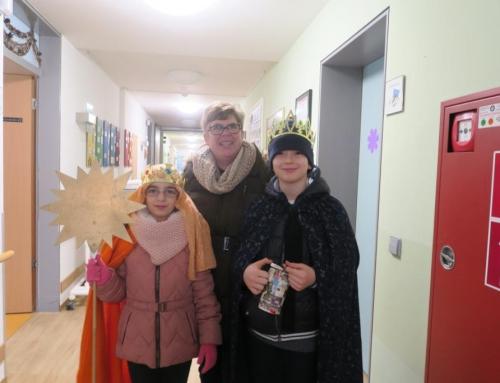 Senior*innen empfangen Sternsinger im Lotte Lemke Haus