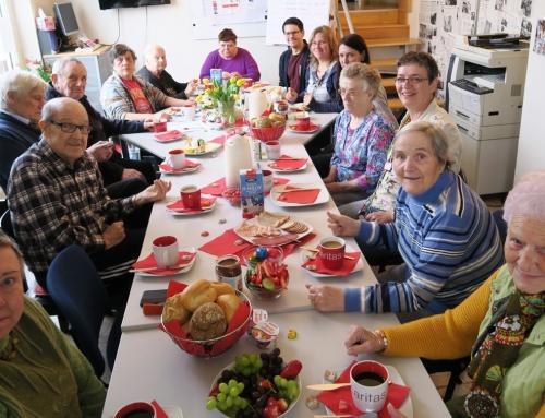 Gemeinsames Frühstück mit Bewohner*innen  und Nachbar*innen im Quartiersbüro Nordend