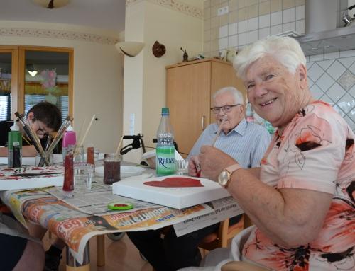 Bewohner des AWO Seniorenzentrums Sterngarten und Schüler der Genovevaschule in Mayen malen gemeinsam Bilder zum Thema 100 Jahre AWO