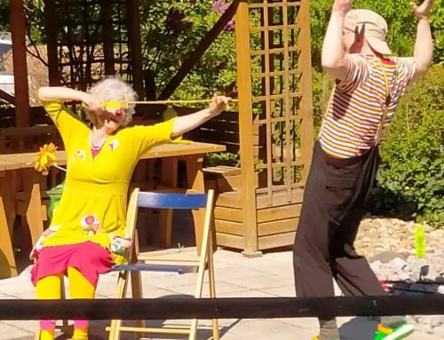 Die Künstler geben sich die Klinke in die Hand in der AWO Residenz Oranienstein, um den Senioren eine Freude zu bescheren